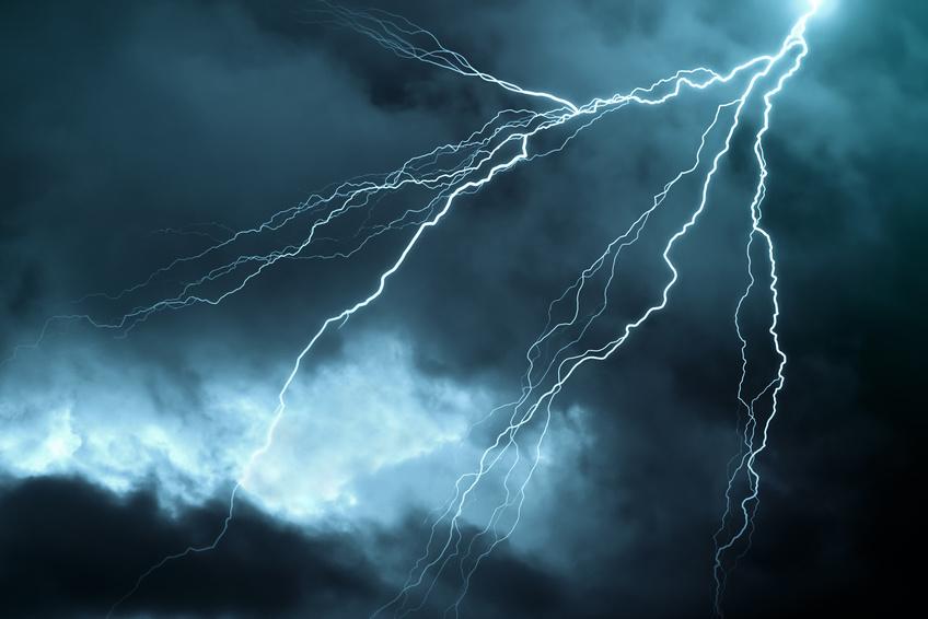 Blitz zieht sich über bewölkten Himmel